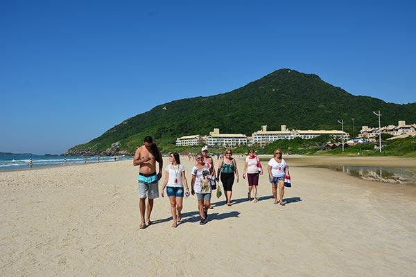 Caminhada pela praia do Santinho SC