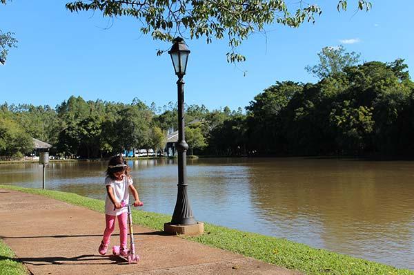 Caminhada ao redor do lago
