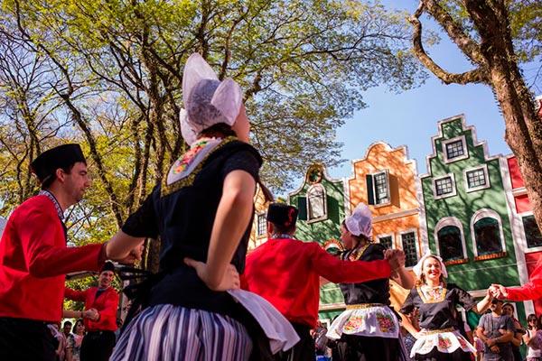 Dança típica em Holambra na Expoflora
