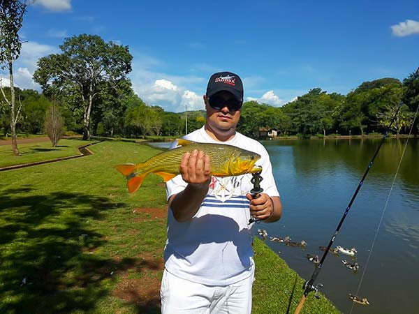 Pesca no lago do resort